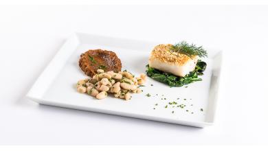 bacalhau em crosta de amêndoas e feijão com puré de abóbora e espinafres salteados